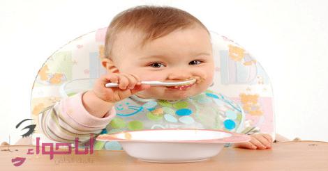 متى يأكل الرضيع