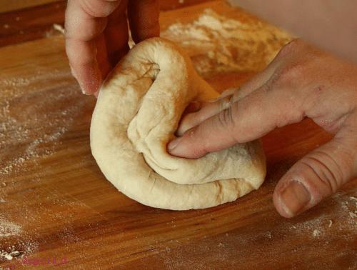 تجهيز عجينة البيتزا - طريقة عمل البيتزا بالصور خطوة بخطوة